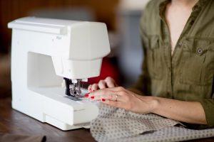 cours prise en main couture surjeteuse machine à coudre machine à broder recouvreuse Christelle BENEYTOUT